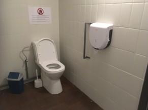 Toilettes non aménagées mais de taille suffisante pour un transfert