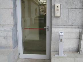Porte de l'entrée alternative et bouton poussoir