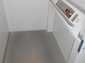 Commun Abraham : intérieur de l'ascenseur reliant le rez-de-chaussée au 1er étage