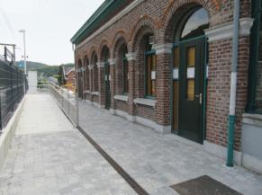 Entrée du local via la rampe d'accès et des quais de la gare