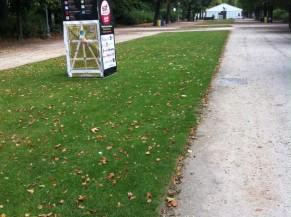 Chemin d'accès depuis l'entrée PMR du Parc vers les chapiteaux (empruntez le chemin de droite pour longer le chapiteau)