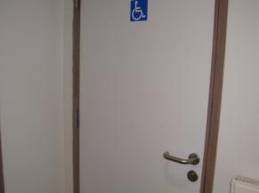 porte du sanitaire PMR