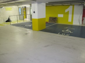 Emplacements de parking réservés aux personnes handicapées au niveau -1