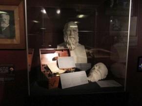 Buste en exposition sous vitrine