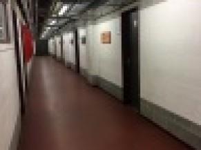 Couloir intérieur donnant accès aux vestiaires et autres