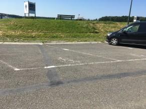 6 places de parking PMR mais marquage délavé