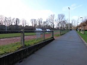 Chemin d'accès vers les terrains de sports collectifs