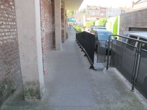 Rampe d'accès menant à l'entrée du bâtiment