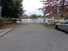 Zone d'accès entre le parking et le ravel
