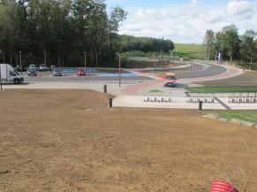 Parking (6 emplacements réservés et 3 emplacements bus) à 60 m de l'entrée, rampe d'accès sécurisée, parking vélos séparé