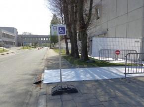 Zone dépose-minute à proximité de l'entrée