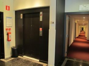 Couloir vers chambre PMR (rez-de-chaussée) + ascenseur
