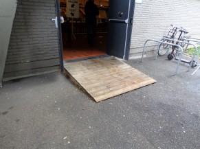 La porte d'entrée équipée d'une rampe non sécurisée