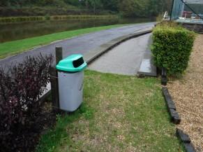 Accès alternatif pour les personnes en chaise roulante via une rampe. Mais il faut traverser une pelouse puis une petite rampe (50 cm) pour atteindre la terrasse.
