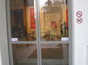 Portes coulissantes automatiques du sas d'entrée