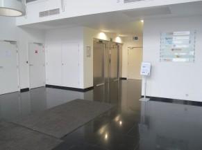 Hall d'accueil du bâtiment et ascenseurs