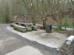 Aire de pic-nic : table, banc, rac à vélos, poubelle