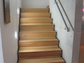 Escalier reliant les 2 niveaux de l'exposition