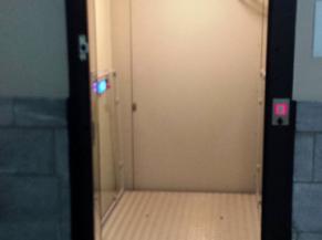 Vue de l'ascenseur PMR d'entrée depuis l'intérieur