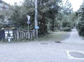 Accès depuis la rue via un chemin piéton vers l'entrée principale