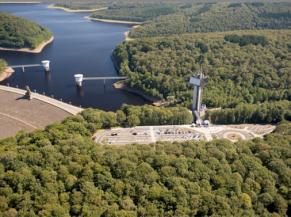 Ensemble de la tour, du barrage et du parking vus du ciel