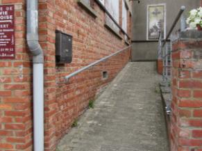 Rampe d'accès vers l'entrée