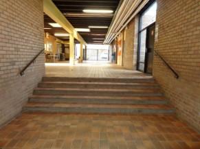 Vue de l'intérieur du bâtiment avec l'accès aux vestiaires et sanitaires