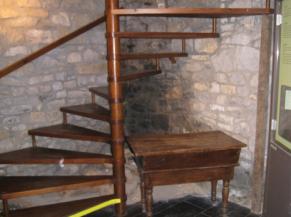 Escalier hélicoïdal entre deux salles