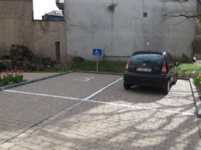 Un emplacement réservé sur le parking privatif du musée
