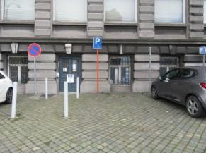 Entrée alternative PMR + parking réservé aux personnes handicapées