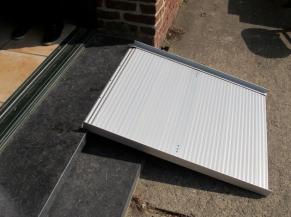 Terrasse accessible depuis la salle à manger via une rampe amovible très pentue (largeur 75 cm ; longueur 90 cm ; pente 22%)