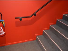 Escalier: bien contrasté, main courante d'un côté