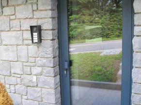 La Libellule, porte d'entrée (largeur passage 73 cm), sonnette reliée au gsm de la gérante