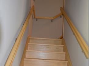 Escalier avec mains courantes de chaque côté
