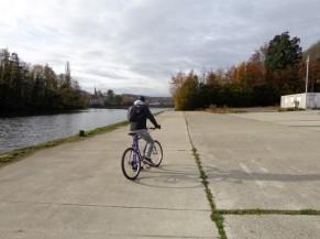 Fin du circuit en face de l'Ile de Godinne. Zone très large permettant d'effectuer un demi tour avec n'importe quel vélo, et en toute sécurité.