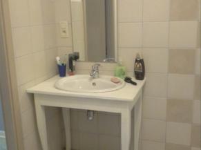 Lavabo dans la salle de douche de la chambre adaptée
