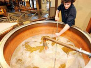 brasseur entrain de mélanger le brassin