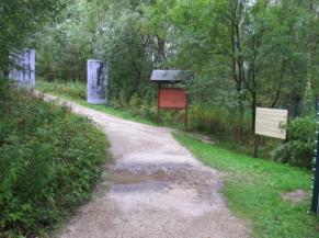 Cheminement dans le parc et panneau didactique