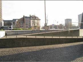 Rampe d'accès menant sur l'esplanade d'entrée