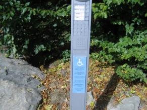 Borne permettant l'accès au pied du musée en voiture