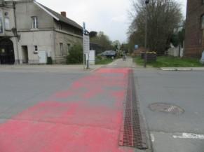 Entrée du ravel à Genappe, traversée de voirie peinte en rouge