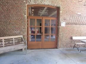 Porte d'accès aux espaces nuits (chambres PMR) depuis le porche d'entrée