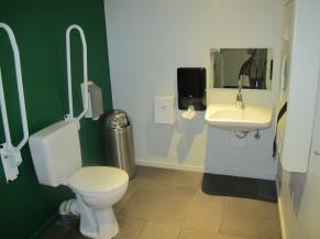 WC adapté (proche salle de restaurant)