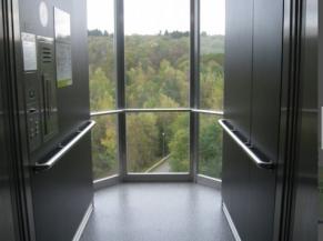 Intérieur d'une des cabines d'ascenseur