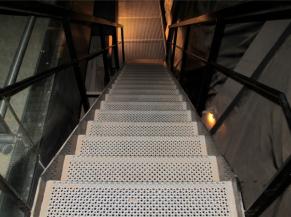 Escalier en caillebotis métallique
