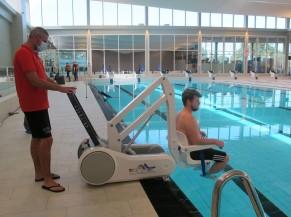 Mise à l'eau par les maîtres nageurs : appareil mobile équipé d'un siège avec pose pieds, accoudoirs relevables et ceinture de sécurité. Très bonne acoustique du hall des bassins