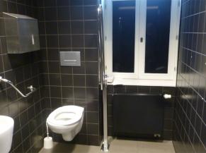 WC adapté du rez (derrière la cafeteria)