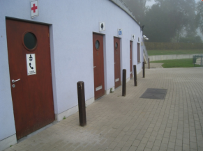 Sanitaires accessibles depuis la piscine