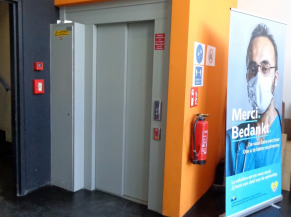 L'ascenseur accessible uniquement via l'entrée PMR