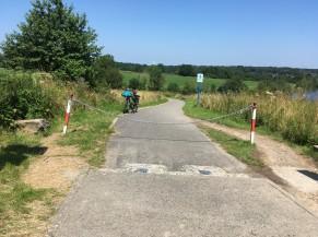 Traversée avec barrière: zone de passage latéral non aménagée et relativement étroite